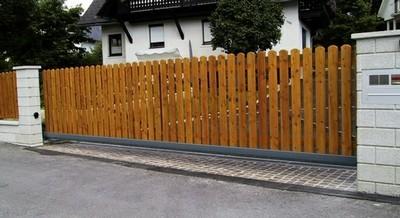 Schiebetor mit Holzlatten